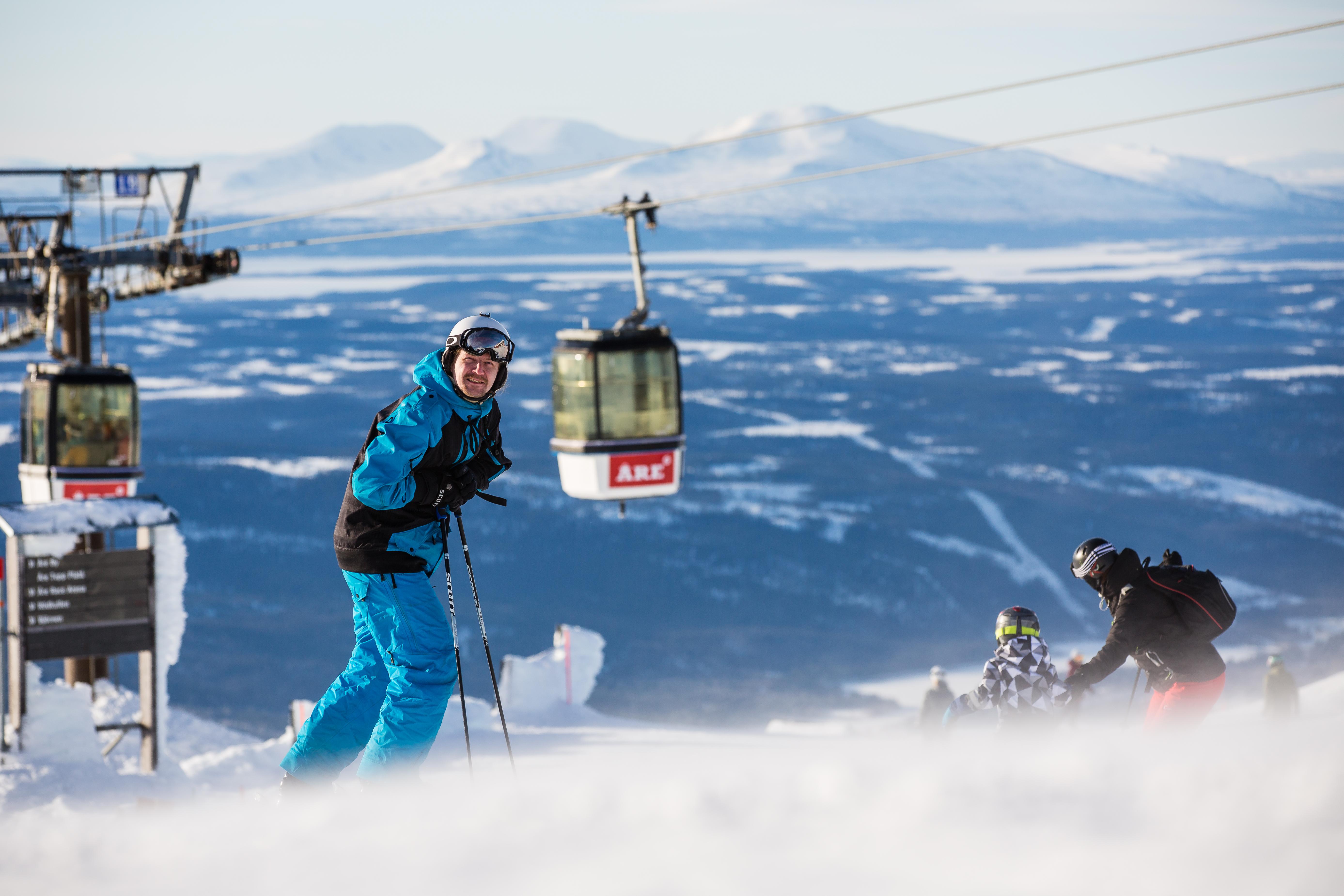 Från Åreskutans topp-platå är det 900 höjdmeter ner till Ica Åre. Fredrik  Eriksson kan åka Sveriges högsta skidbacke nästan hela vägen till jobbet. 9469a8e4e0b3b